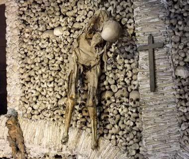 201010-w-creepy-capela-de-ossos